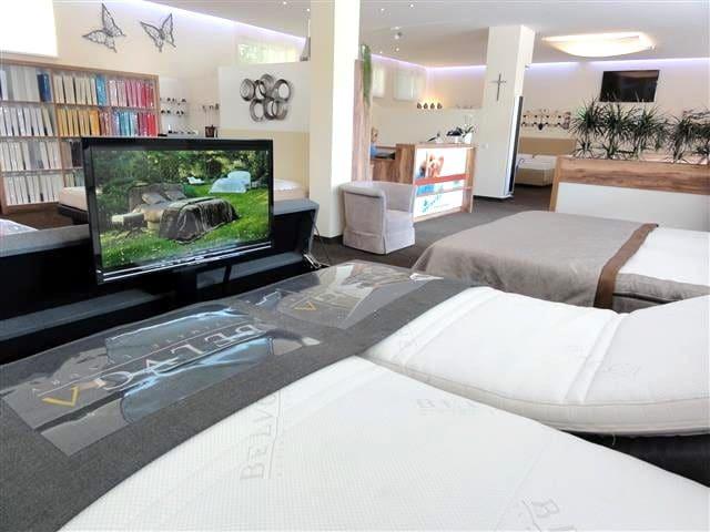 TV-Anlage im Betten-Fußteil